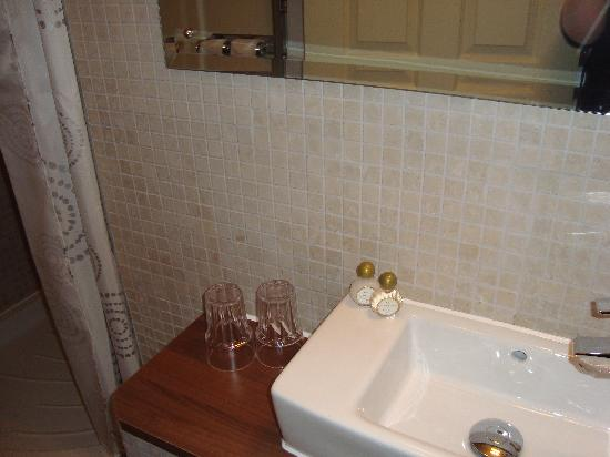 Surtees Hotel: Clean and modern bathroom