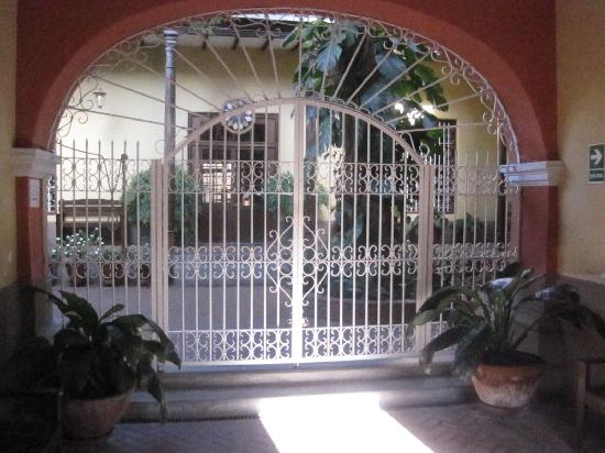 Hosteria San Roque: Entrance after wooden gate doors.