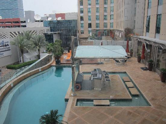 Radisson Blu Hotel, Dubai Media City: Pool area as seen from room