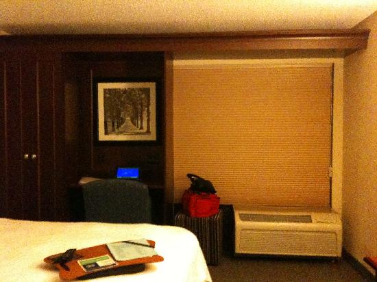Hampton Inn Cincinnati/Airport South : Desk, closet, and window with blinds