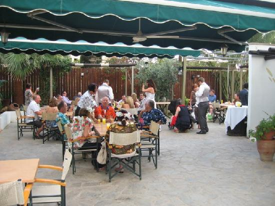 Ficardo Restaurant: Open air reception area before the mezes
