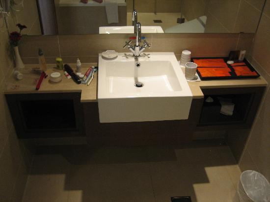 Taipei Garden Hotel: Designer sink and taps