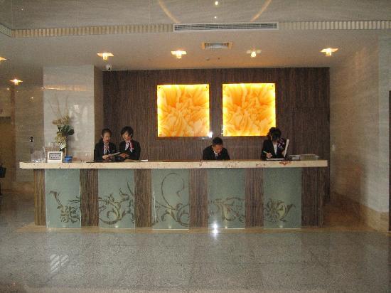 Taipei Garden Hotel : The lobby and helpful service desk