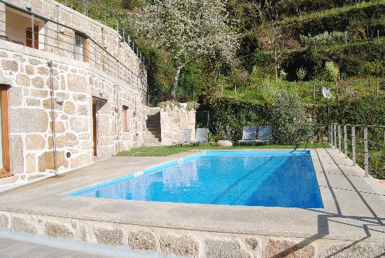 Lapa dos Dinheiros, Portugal: Pool & patio