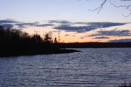 Lake 'N Pines Lodge: Lake Dubonnet at Sunset