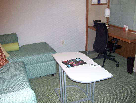 SpringHill Suites Harrisburg Hershey: living room and work station