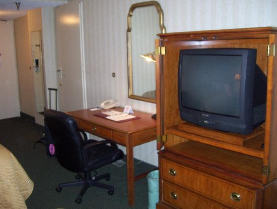 Comfort Inn Pentagon City: old school tv and work station