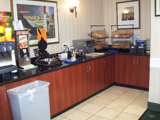 Comfort Inn Pentagon City: good breakfast was a redeeming point