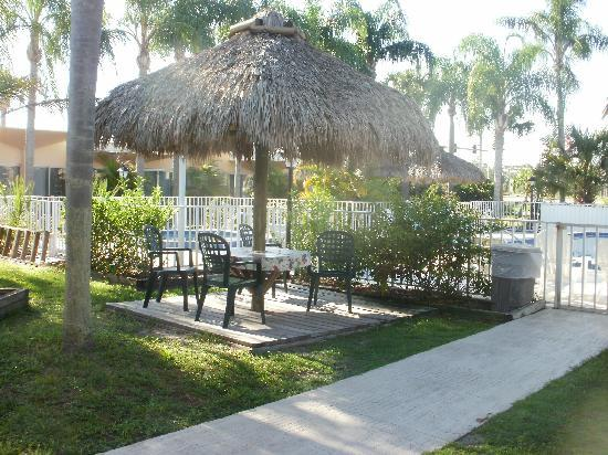 Warm Mineral Springs Motel: Wonderful outdoor dining