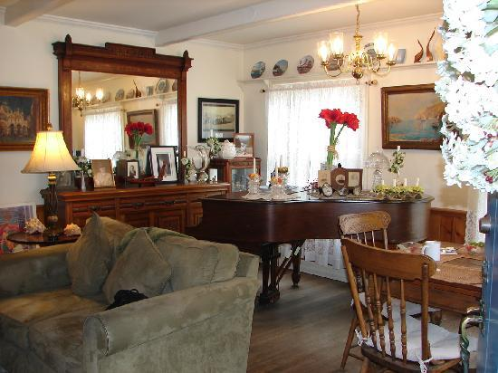 The Old Turner Inn: The living room/piano