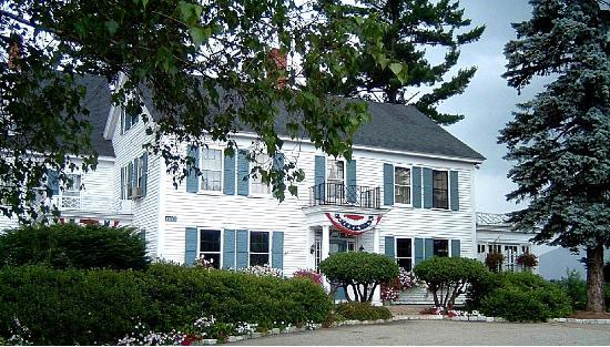 Front of the 1785 Inn in Summer