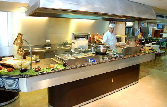 Hotel Rosamar: Cocina en vivo en el restaurante