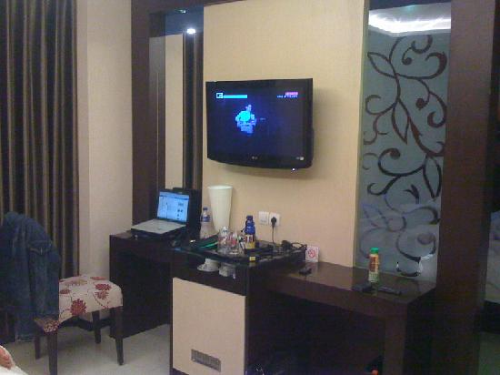Scarlet Dago Hotel: TV in another part of the room on the other side of the solid room partition.