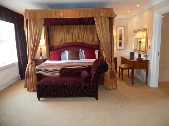 Slieve Russell Hotel Golf and Country Club: Huge bed!