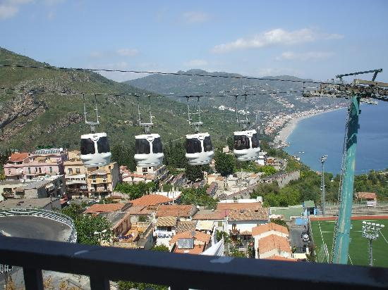 Ristorante Bella Blu: A cable car passes....