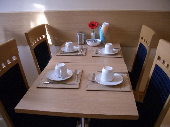 Britannia Inn Hotel: table