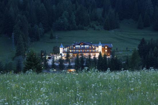 Relais Hotel Des Alpes: hotel in notturna