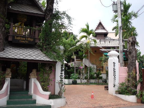 Tadkham Village: entrée de l'hôtel