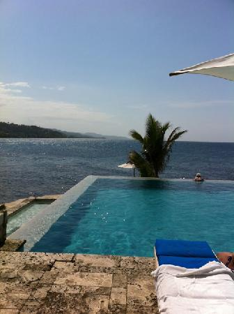 Round Hill Hotel & Villas : View from the infinity pool