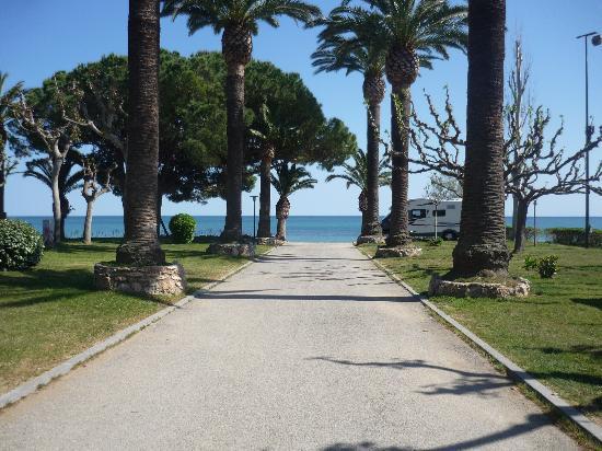 Playa Montroig Camping Resort: Pathway to beach
