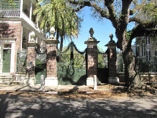 Courtyard Charleston Historic District : southern garden city