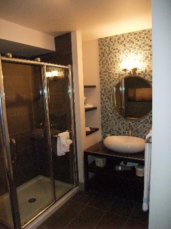 Salle de bain coin douche vitr e photo de esterel for Salle de bain 2 douches