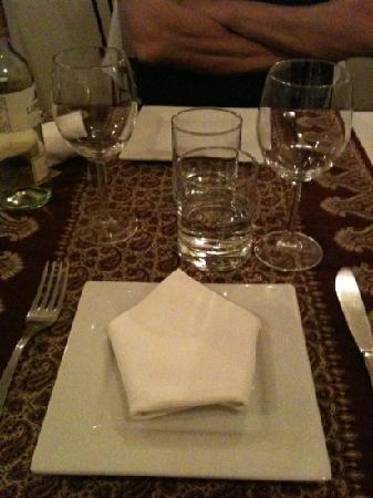 Persian red rose: La tavola