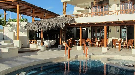 Hotel Playa Fiesta: Pool and dining area
