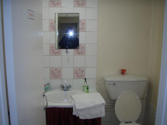 The Priory Restaurant: Bathroom shared by Rooms 1-3