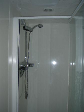 The Priory Restaurant: Shower shared by Rooms 1-3