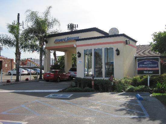 Howard Johnson Inn and Suites-Orange : Entrance