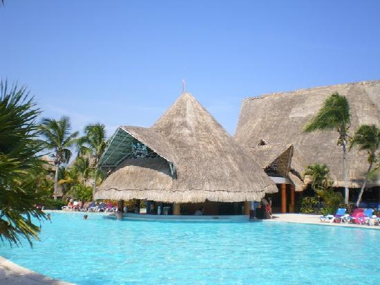 Barcelo Maya Caribe Capitan Morgan Swim Up Bar