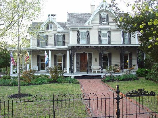River House Inn: Home out front!