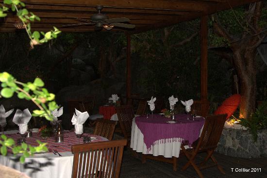 Surfsong Villa Resort: DINING AREA