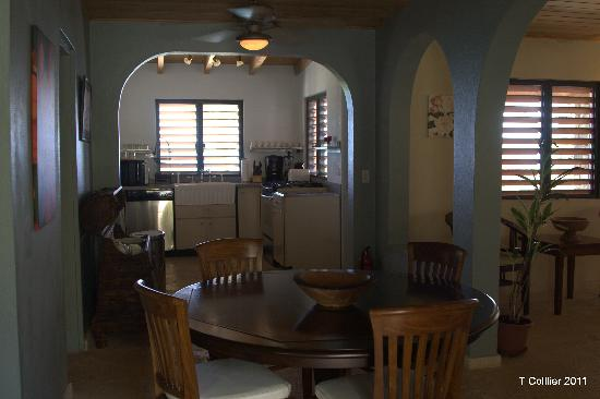 Surfsong Villa Resort: DINING AND KITCHEN AREA