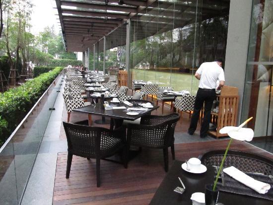 Hansar Bangkok Hotel: Outside eating area