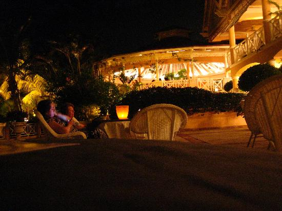 Coco Reef Tobago: lobby / restaurant @ night