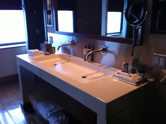 Soho House New York: vanitary area outside rain shower