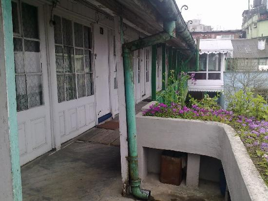 Darjeeling Planters Club: The way to the rooms