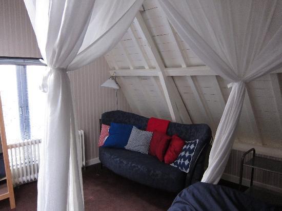 Hotel de Utrechtsche Dom: Couch seen throuh bed draping