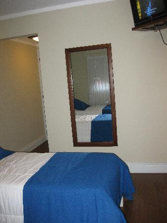 Ayres Hotel: Twin Room & TV set