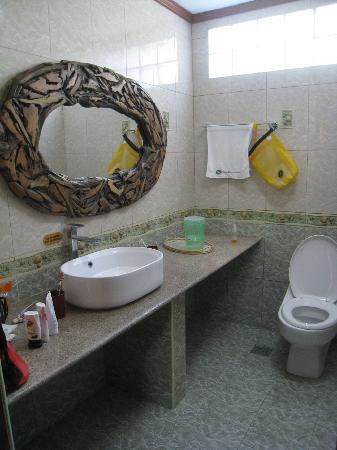 Malapascua Legend: Bathroom (left)