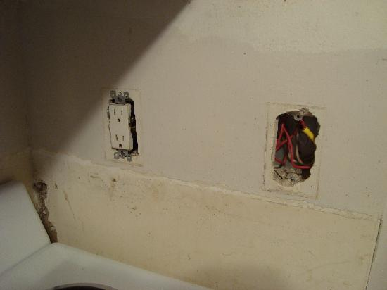 Bahia Beach Hotel: Sockets hanging out of the wall
