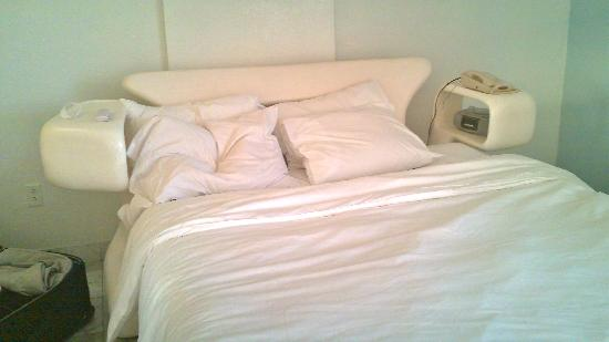 Royal South Beach Hotel: All white bed not the colors you see in their pictures