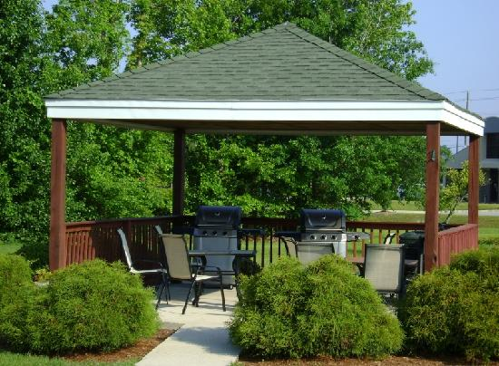 Home-Towne Suites of Greenville: Outdoor Grilling Area