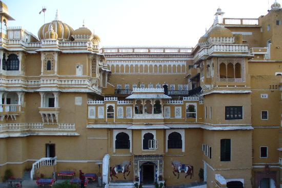 Deogarh Mahal : Entrance to the hotel