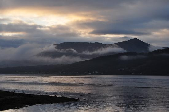Ballachulish Hotel: Sunset over Loch