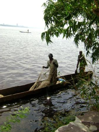 Brazzaville, República do Congo: des pècheurs sur le fleuve congo