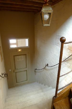 Hotel De L'Amphitheatre: Entrée de la chambre