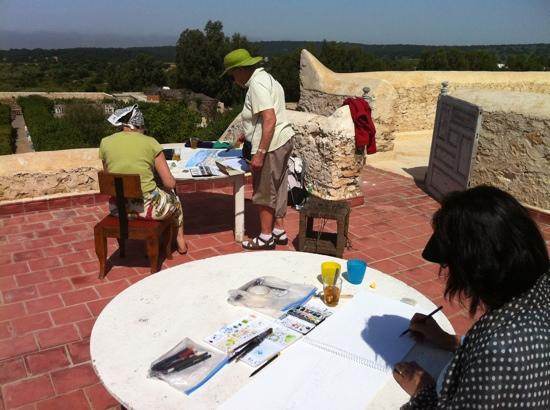 La Maison Essaouira : moment de peinture sur la terrasse, la campagne est belle et les paons chantent
